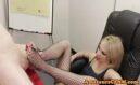 Blondine in Netzstrümpfen beim Footjob